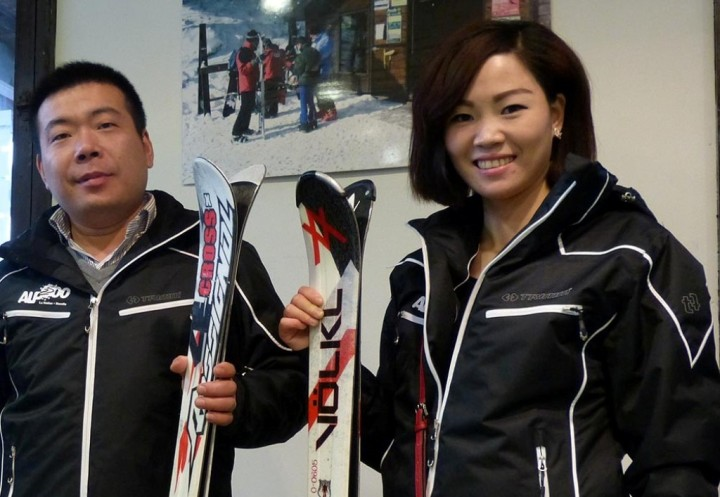 Dos turistas procedentes de Asia que visitaban Barcelona, y que han probado el nuevo servicio diario de escapadas a la nieve.