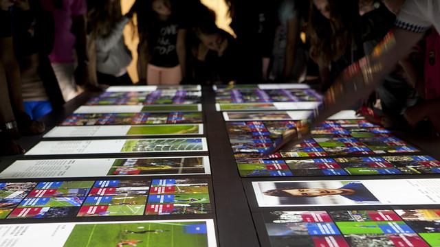 Visitante tocando la mesa interactiva de la zona multimadia con los mejores momentos históricos del Barça. Foto: Museo del FC Barcelona.