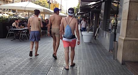 turistas sin camiseta barcelona