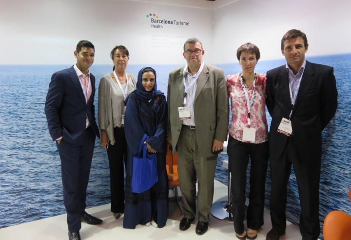 Jordi William Carnes, director de Turisme de Barcelona, en el centro, con la delegación barcelonesa de empresas y hospitales.