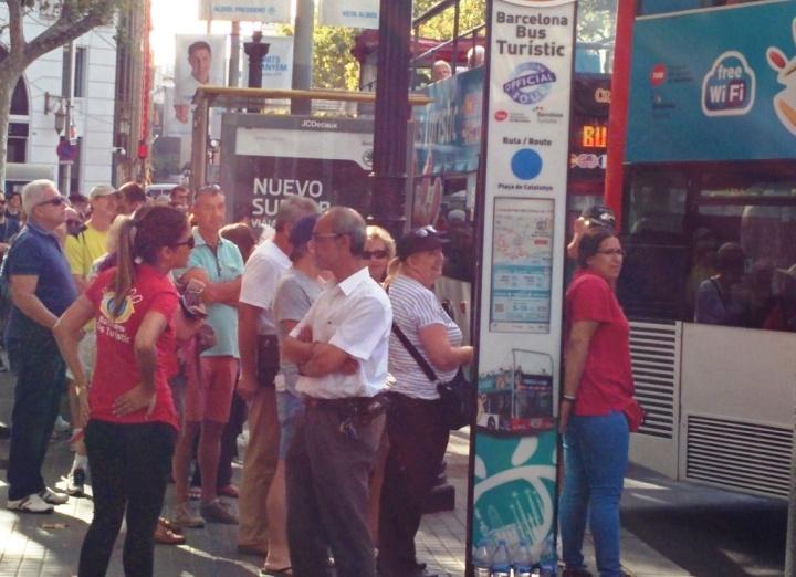 Turistas frente a la parada del Bus Turístic de Barcelona