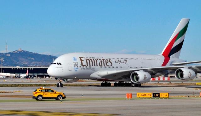 Un avión modelo Airbus A380 de la aerolínea Emirates en el aeropuerto de Barcelona.