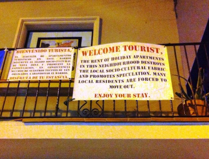 Un cartel contra la proliferación de pisos turísticos en el barrio de la Barceloneta.