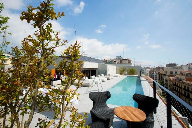 La terraza, con la piscina climatizada