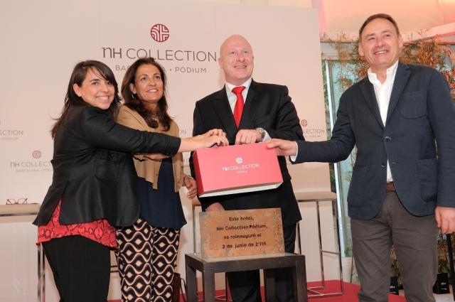 En el centro de la imagen, la directora general de Turismo de la Generalitat de Cataluña, Marián Muro, y Hugo Rovira, director general de NH para España.
