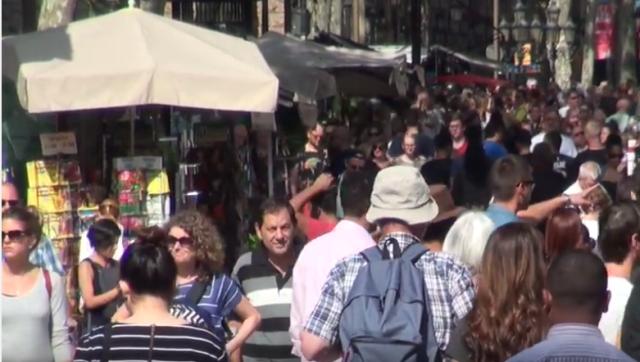 turistas-en-ramblas-barcelona
