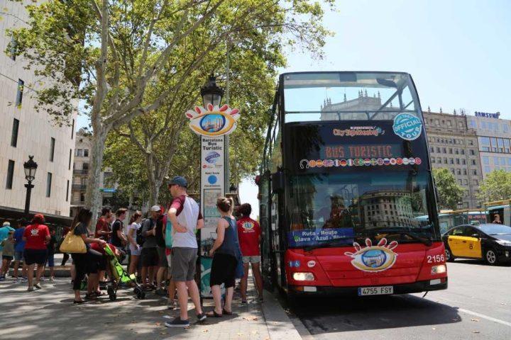 turistas en Barcelona con bus